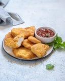 Pepitas de pollo curruscantes fritas con la salsa Fotografía de archivo libre de regalías