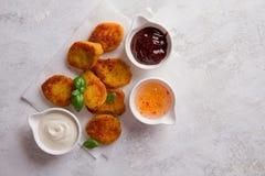 Pepitas de pollo curruscantes fritas con las salsas Imagen de archivo libre de regalías