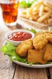 Pepitas de pollo de los alimentos de preparación rápida con la salsa de tomate, patatas fritas, cola Imagenes de archivo
