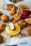 Pepitas de pollo en la servilleta con las salsas amarillas y rojas Imagen de archivo