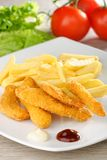 Pepitas de pollo/fingeres pegajosos con las patatas fritas Imagenes de archivo