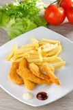 Pepitas de pollo/fingeres pegajosos con las patatas fritas Imagen de archivo