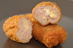 Pepitas de pollo frito con el relleno del queso Imagen de archivo libre de regalías