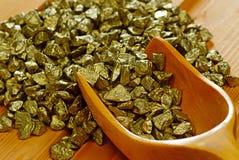 Pepitas e colher de ouro Imagem de Stock