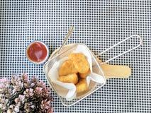 pepitas fritas adentro en un sartén en la tabla Fotos de archivo