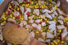 Pepite del curry del pollo su una padella immagini stock