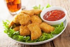 Pepite di pollo degli alimenti a rapida preparazione con ketchup, patate fritte, cola Immagini Stock Libere da Diritti