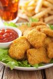 Pepite di pollo degli alimenti a rapida preparazione con la cola delle patate fritte del ketchup Fotografie Stock Libere da Diritti