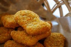 Pepite di pollo immagazzinate in un piccolo canestro immagine stock
