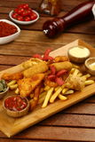 Pepite di pollo miste, patate fritte e salsiccie Immagine Stock