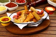 Pepite di pollo miste, patate fritte e salsiccie Immagini Stock Libere da Diritti