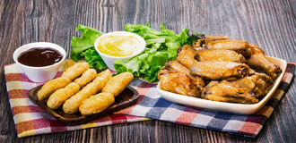Pepite fritte ed ali fritte Fotografia Stock