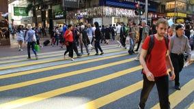 Peple diverso que cruza a rua da cidade na zebra vídeos de arquivo