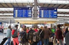 Pepole die op hun trein wachten Royalty-vrije Stock Foto's