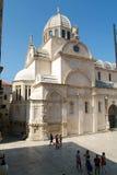 Pepole que camina delante de la catedral de San Jaime Foto de archivo libre de regalías