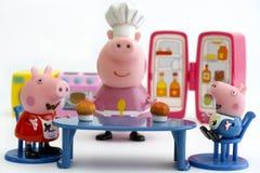 Peppa Schwein und George Pig, die kleine Kuchen essen Stockfotos