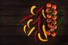 Peppar för gul och röd chili på en trämörk bakgrund Fri inskrift Royaltyfri Foto