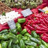 peppar för marknad för kronärtskockavitlök lokala Royaltyfria Bilder