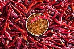 Peppar för röd chili över tabellen arkivbilder
