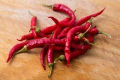 Peppar för röd chili över trä Royaltyfri Fotografi