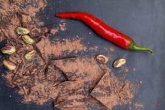 Peppar för röd chili och mörka chokladstycken Royaltyfria Bilder