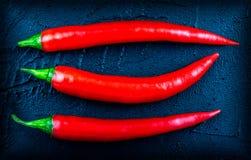 Peppar för röd chili på en mörk bakgrund Arkivfoton