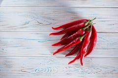 Peppar för röd chili på en träljus bakgrund ovanför sikt Fritt utrymme för inskrifter på det vänstert Arkivfoton