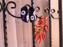 Peppar för röd chili som torkar vid ett fönster Royaltyfri Fotografi