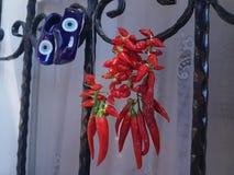 Peppar för röd chili som torkar vid fönstret med blåttberlockskor Fotografering för Bildbyråer