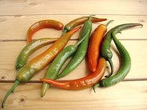 Peppar för varm chili på en lantlig tabell Royaltyfri Bild