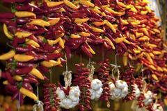 Peppar och vitlök på den Nagycsarnok marknaden Arkivfoton