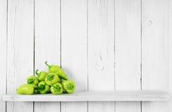 Peppar på en trähylla Royaltyfri Foto