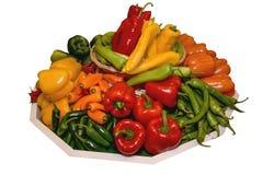 Peppar paprika av olika variationer på ett stort magasin Begrepp av sunt äta isolerat Arkivbilder