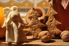 Pepparkaka för jul Honung och former för kakor och valnötter Arkivfoton