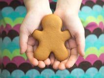 Pepparkaka för lyckligt nytt år och för glad jul i händer för flicka` s aromatiska stekheta kryddor för julkakapepparkaka Kakor f Royaltyfri Fotografi