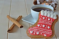Pepparkaka med en kopp te Fotografering för Bildbyråer