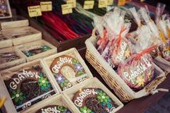 Pepparkaka som hänger på marknaden i Polen Arkivfoton