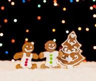 Pepparkakafolk och jultree Arkivfoton