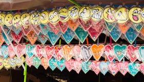 Pepparkakahjärta och Smiley Face Souvenir på skärm i den till salu stallen royaltyfria bilder