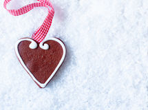 Pepparkakahjärta på snow royaltyfria bilder