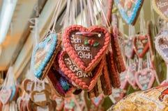 Pepparkakahjärtor på julmarknaden Arkivbild