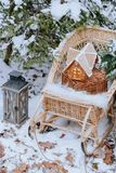 Pepparkakahus i vinterskogen royaltyfri foto