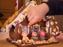 Pepparkakahus med Hansel & Gretel Royaltyfria Bilder