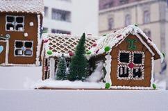 Pepparkakahus som dekoreras för jul Royaltyfri Bild