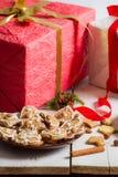 Pepparkakakakor för jul med redpresenten Arkivbilder