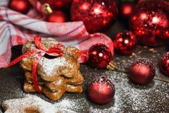 Pepparkakakakor i snö med bakgrund för tabell för julgarneringtappning trä Royaltyfria Foton