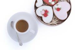 Pepparkakakakor i trärund ask och kopp kaffe med skeden på vit bakgrund Arkivfoto