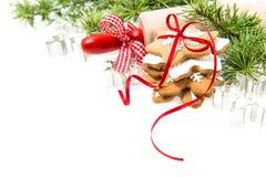 Pepparkakakakor med julgranfilialer över vit arkivfoto