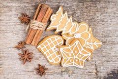 Pepparkakakakor med kryddor på trä Fotografering för Bildbyråer