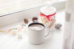 Pepparkakakakor och kopp kaffe med sötsaker för nytt år arkivbilder